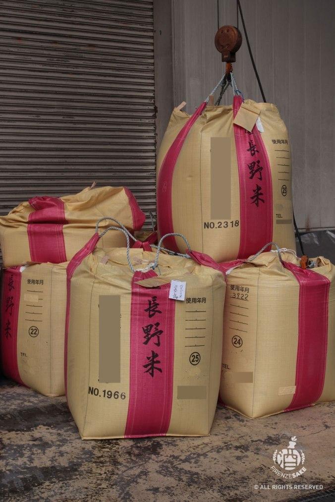 Sacchi di riso in attesa di lavorazione.